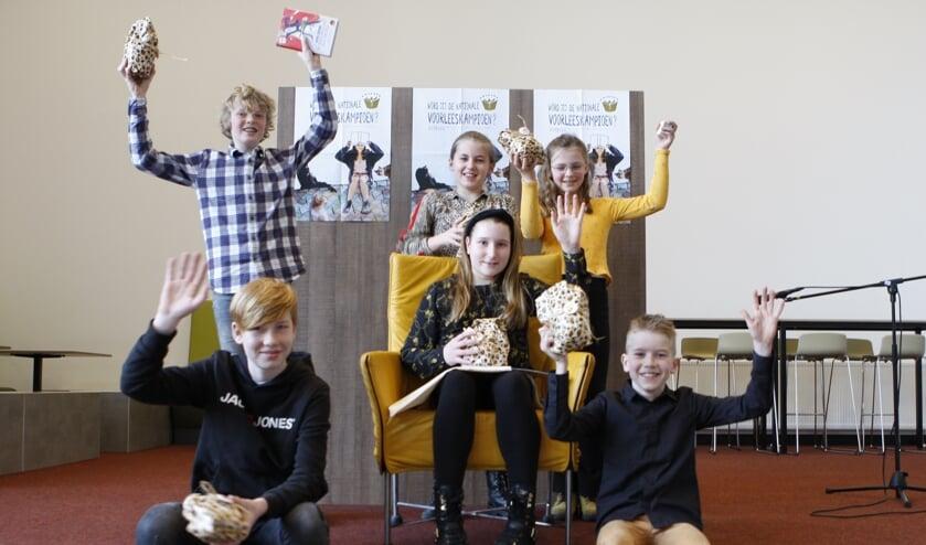 Staand vlnr: Daan Molendijk, Faye Meuleman, Siena Kleverwal. Winnares Lienke Idink in de stoel. Zittend: Storm Moltzer (links) en Jochem Wielens.
