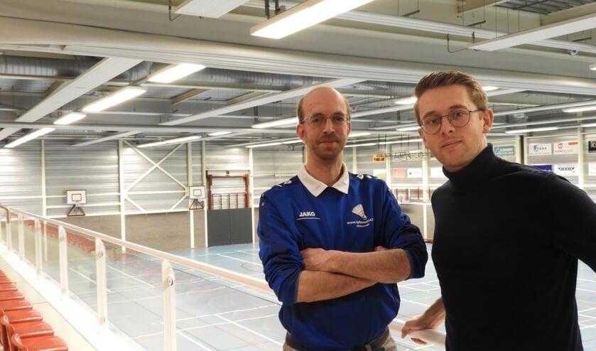 Organisatoren Erwin Ruesink links en Mark ten Pas in de Sport- en turnhal waar het toernooi plaatsvindt. Foto: PR