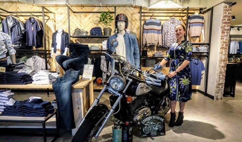 Onderneemster Jessi Frederiks in haar vernieuwde kledingzaak: 'De winkel is nu echt van deze tijd.' Foto: Luuk Stam