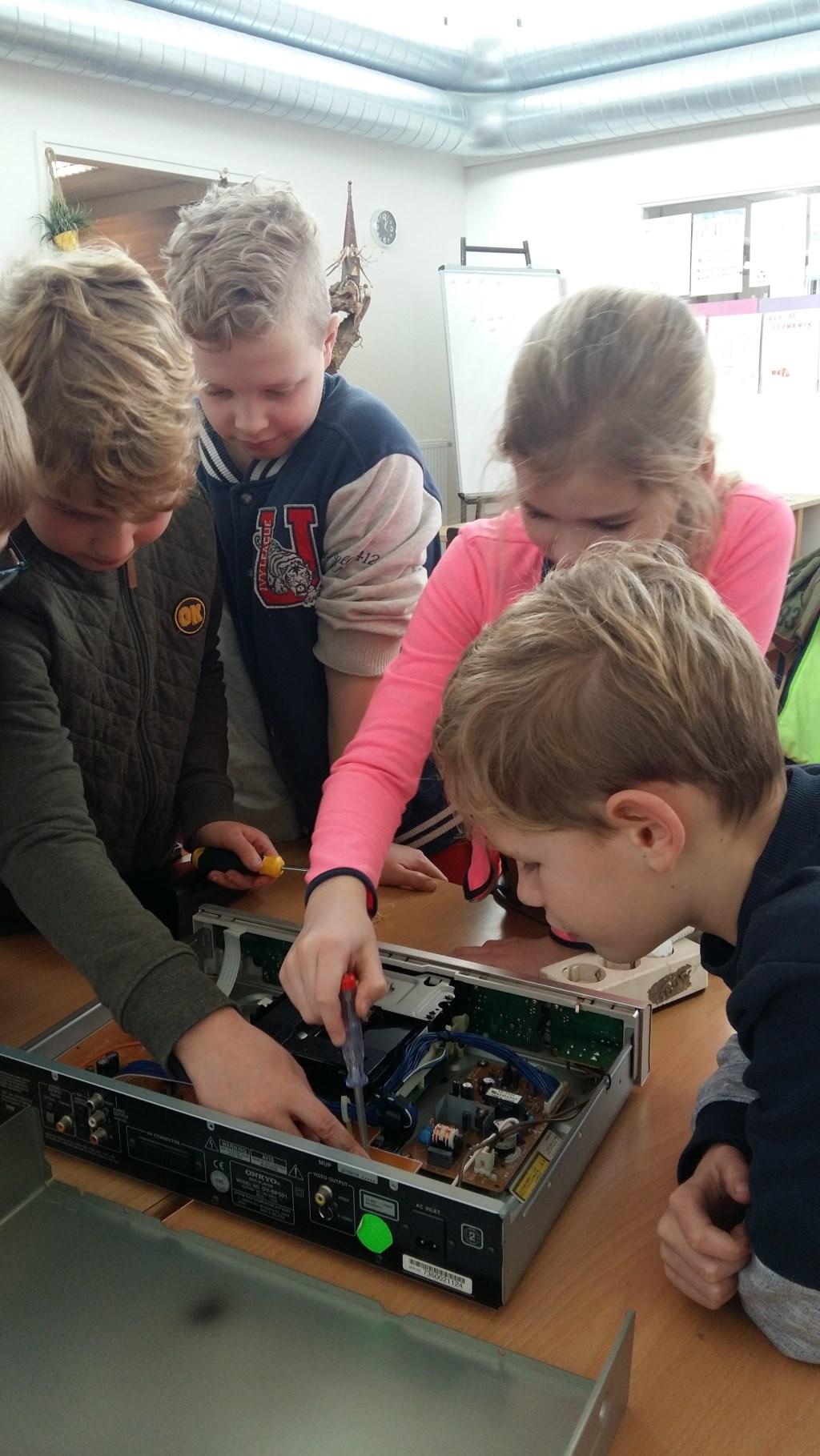 Wiecher, Niek, Tess en Pepijn bekijken een computer. Foto: Hester Tolman  © Achterhoek Nieuws b.v.