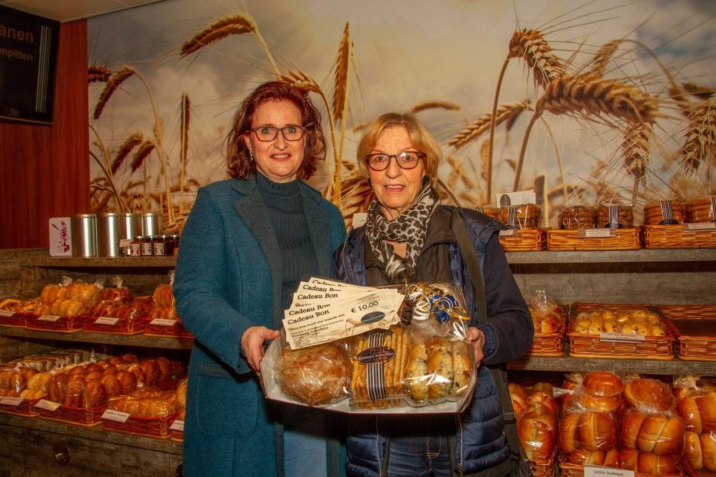 Sandra Scholten van Bakkerij Scholten in Zelhem en mevrouw Henny van Aken uit Hengelo. Foto: Liesbeth Spaansen  © Achterhoek Nieuws b.v.
