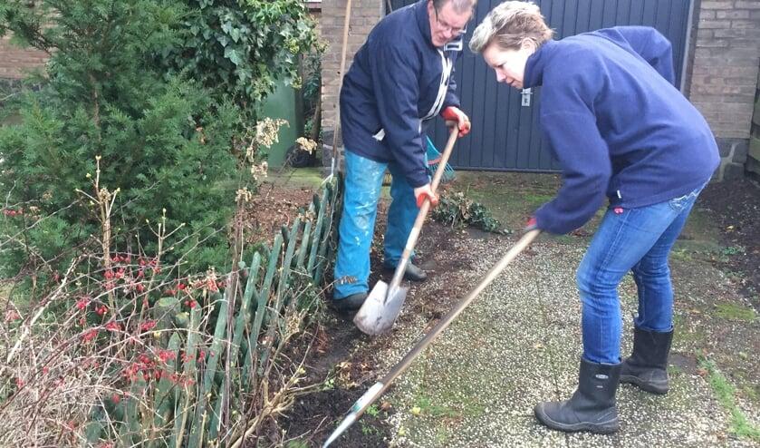 Flexvrijwilligers Present klaren een tuinklus. aFoto: Present Bronckhorst