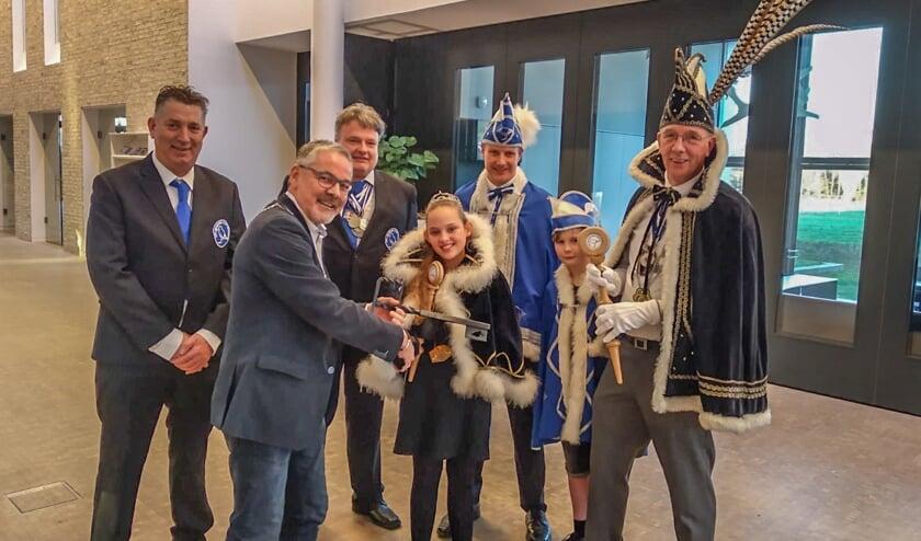 Prins Roy de 1e en jeugdprinses Romy van CV De Blauwe Snep kregen de sleutel van Sneppendorp van locoburgemeester Blaauw. Foto: PR