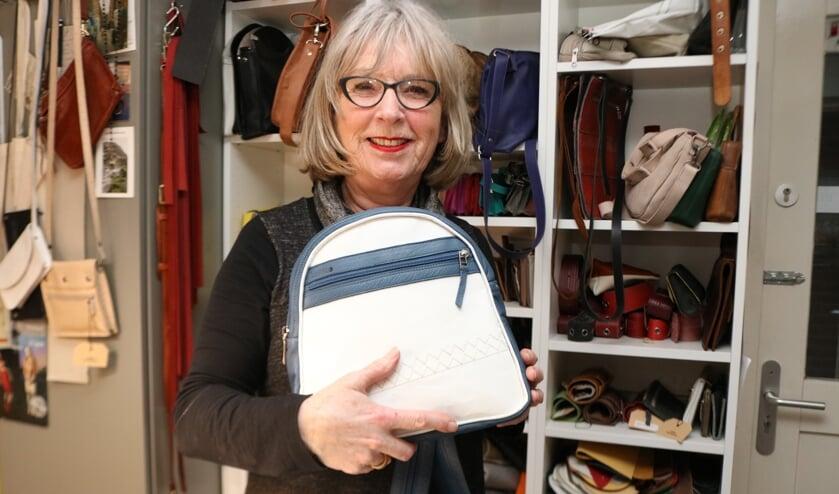 Lucy Peters - Olthoff met één van haar tassen. Foto: Arjen Dieperink