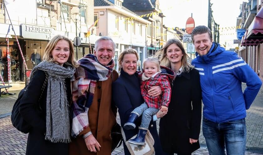 De familie Meiland (v.l.n.r.), Maxime, Martien, Erica, Claire, Montana en Dirk – wandelde dinsdagmiddag een ronde door het dorpscentrum van Hengelo, op de voet gevolgd door de cameraploeg van hun eigen televisieserie. Foto: Luuk Stam