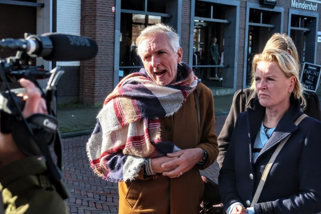 Martien en Erica Meiland wandelden dinsdagmiddag een ronde door het dorpscentrum van Hengelo, met cameraploeg van hun eigen televisieserie. Foto: Luuk Stam    © Achterhoek Nieuws b.v.