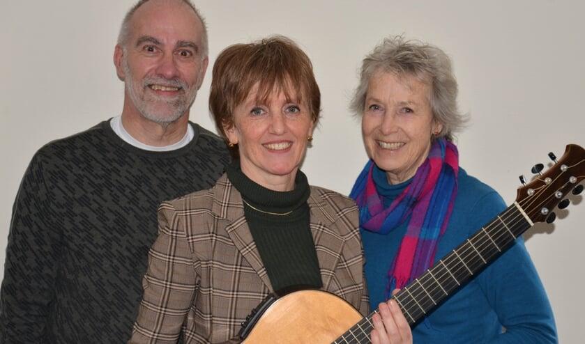 Dichter Dirk Engelage, gitariste en zangeres Jacqueline Snel en beeldend kunstenaar Miriam van der Linden geven drie keer een 3D-concert. Foto: PR