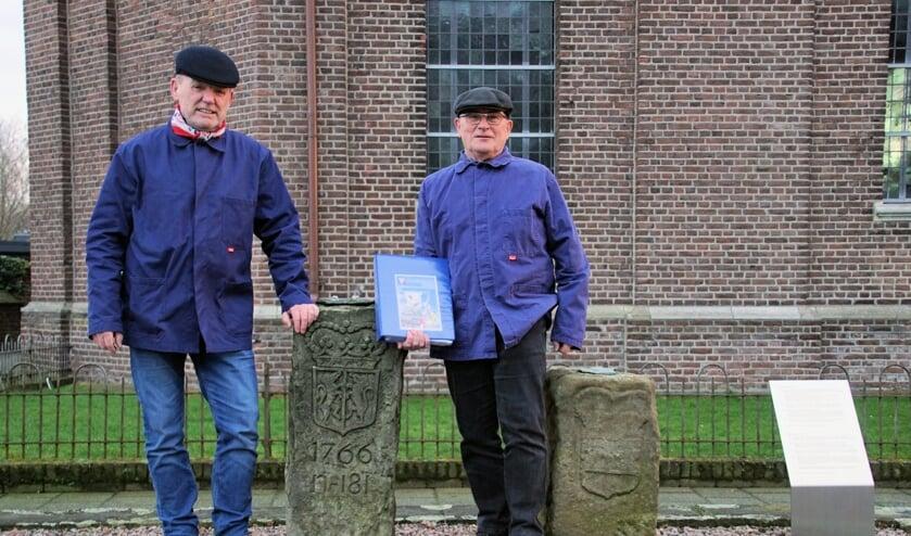'Smokkelaars' Theo Janssen en Bennie Bruggink, bij een grenssteen bij de Skt. Michaëlskirche. Foto: Frank Vinkenvleugel
