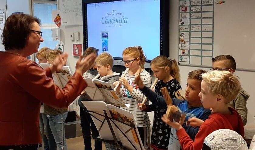Leerlingen spelen het van Mariëlle Melgers geleerde liedje op de blokfluit. Foto: I. Geurds