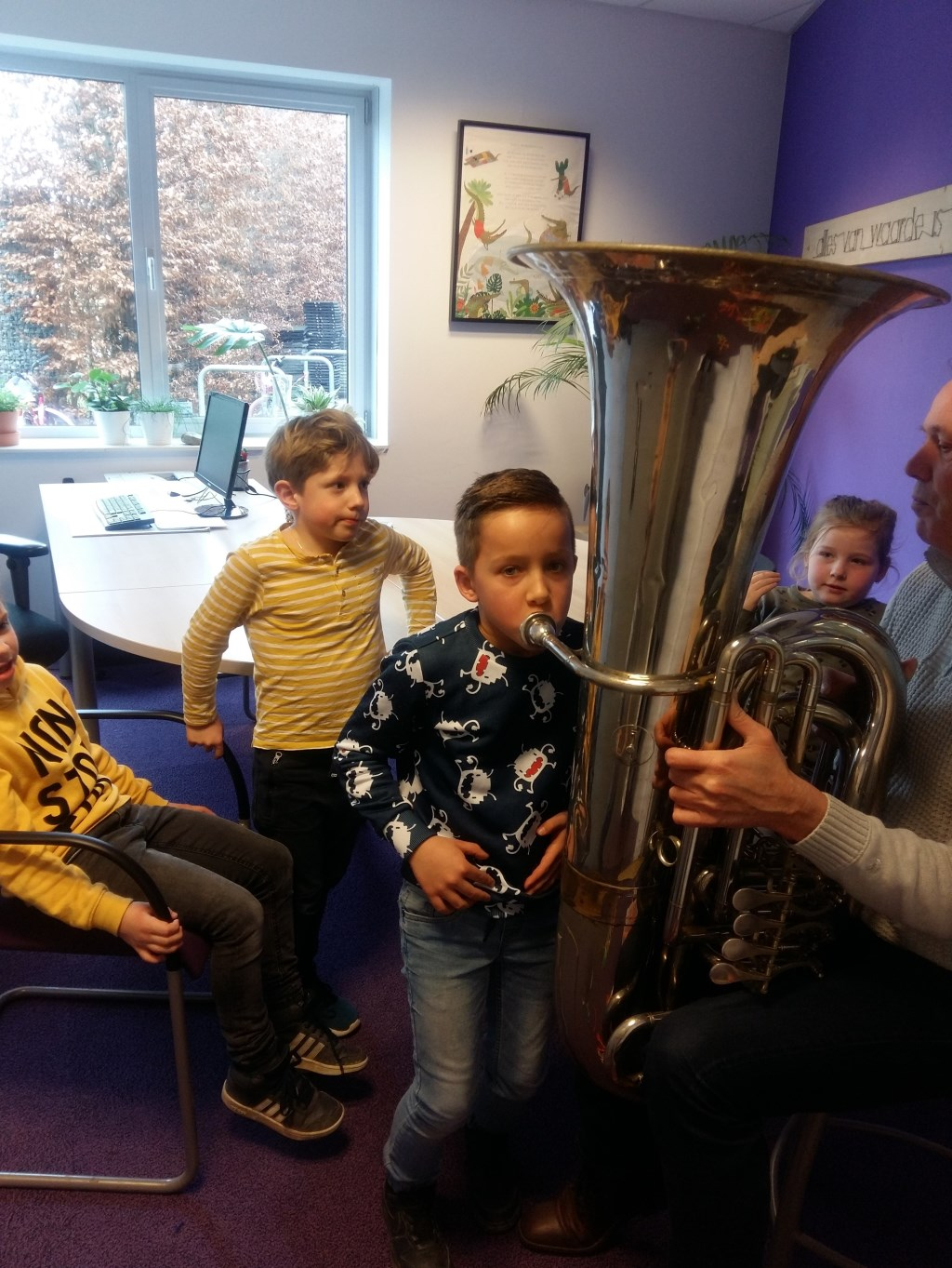 Leden Koninklijke Harmonie Concordia zijn met diverse instrumenten op bezoek geweest op O.B.S. Rozengaardsweide. Foto:  M. Arentz  © Achterhoek Nieuws b.v.