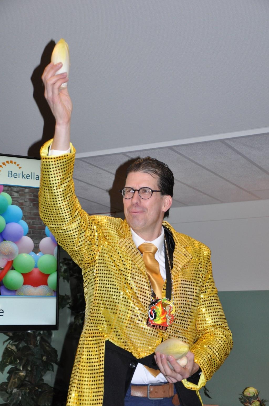 De burgemeester ontving 'with love' zijn witlof. Foto: Sandra Baas  © Achterhoek Nieuws b.v.