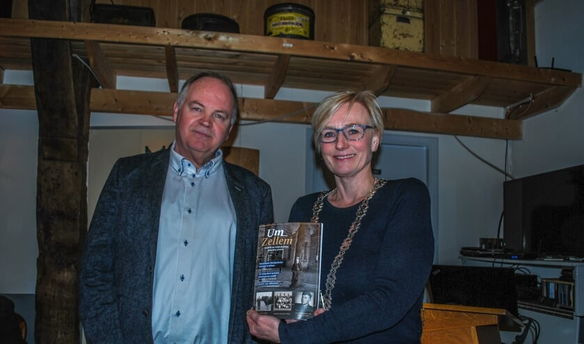 Burgemeester Besselink ontvangt de eerste 'Um Zellem' van voorzitter Schultheiss. Foto: Margreet Nusselder