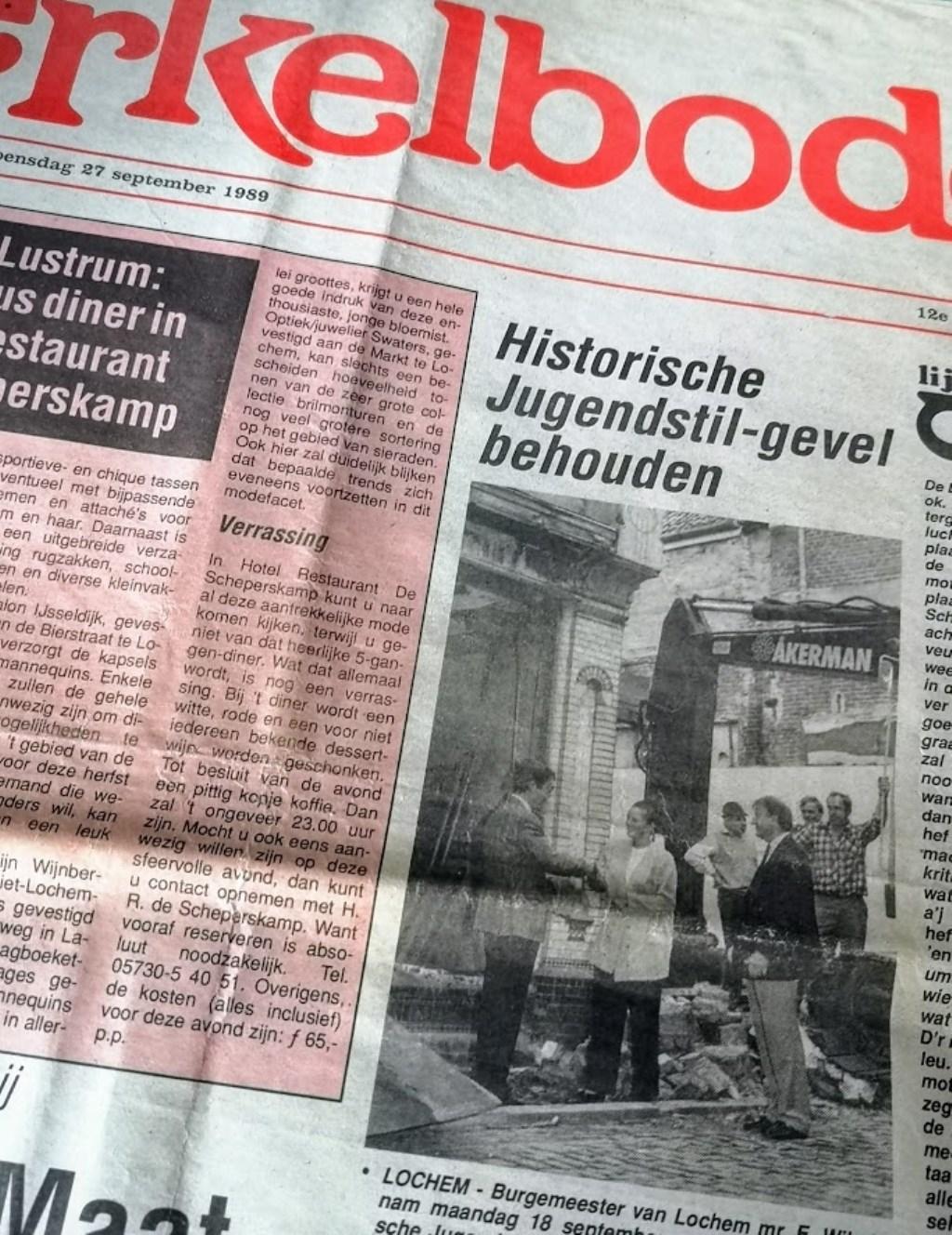 Een voorpagina van de Berkelbode uit 1990 met een foto van de symbolische overdracht van de winkelpui aan de burgemeester  © Achterhoek Nieuws b.v.