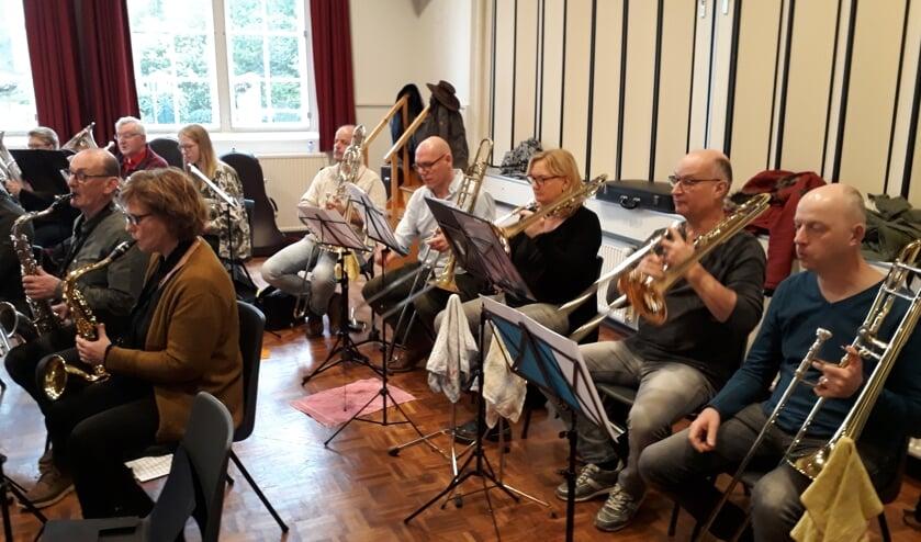 Muzikanten uit heel Oost Gelre kwamen in Den Diek bijeen om te repeteren voor 'Spiegelingen'.