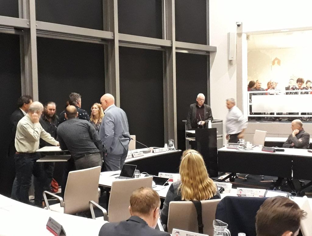 De raadsvergadering wordt geschorst tijdens het inspreken over het afvalbeleid. Foto: Ceciel Bremer  © Achterhoek Nieuws b.v.