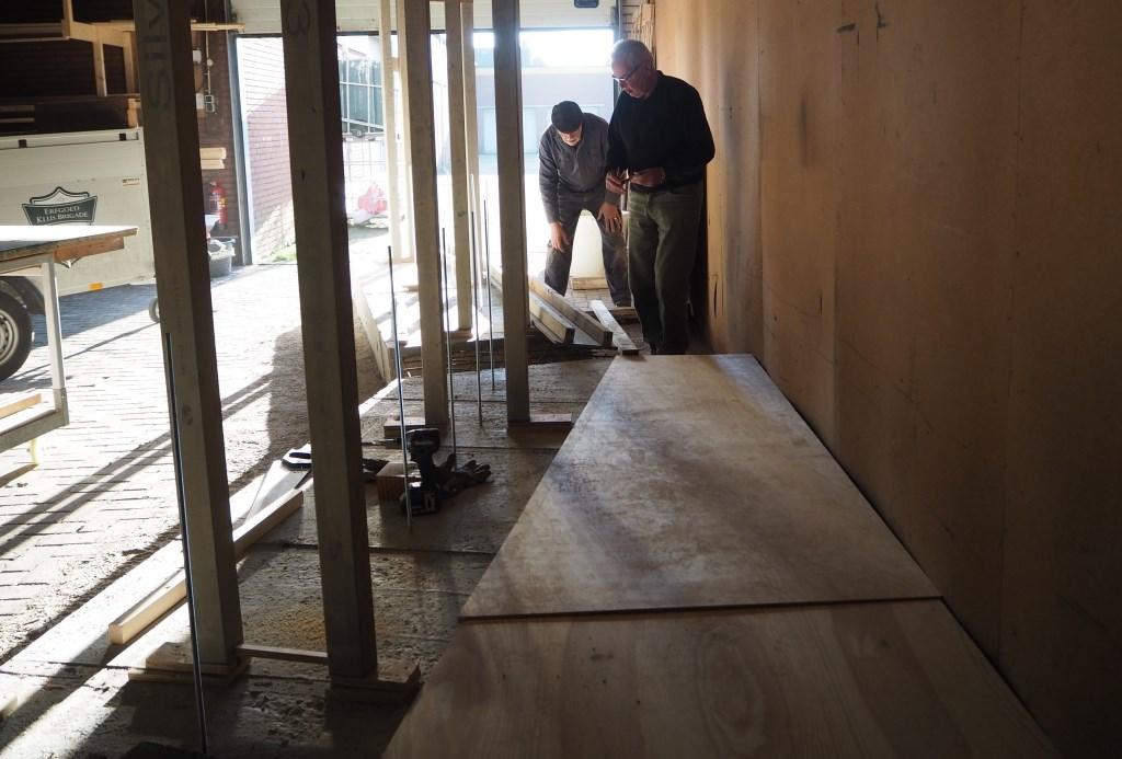 Het maken van de mallen. Foto: Wilma Fransen  © Achterhoek Nieuws b.v.