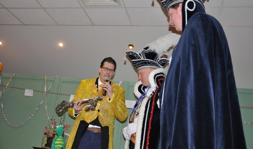 Burgemeester Joost van Oostrum overhandigt de sleutel van Berkelland aan Prins Jos. Foto: Sandra Baas