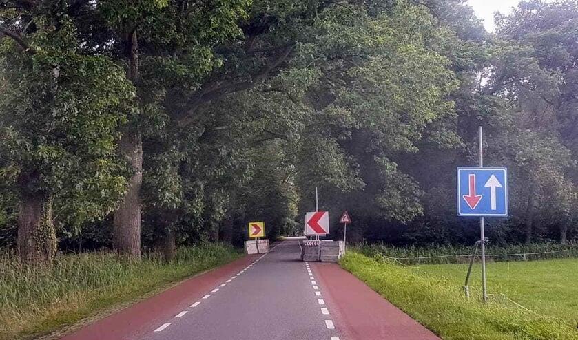 Een van de tijdelijke chicane op de Vordenseweg-Wildenborchseweg. Deze worden vervangen door permanente en veiliger exemplaren. De weg is de komende 6 weken dicht. Foto: Henri Bruntink)
