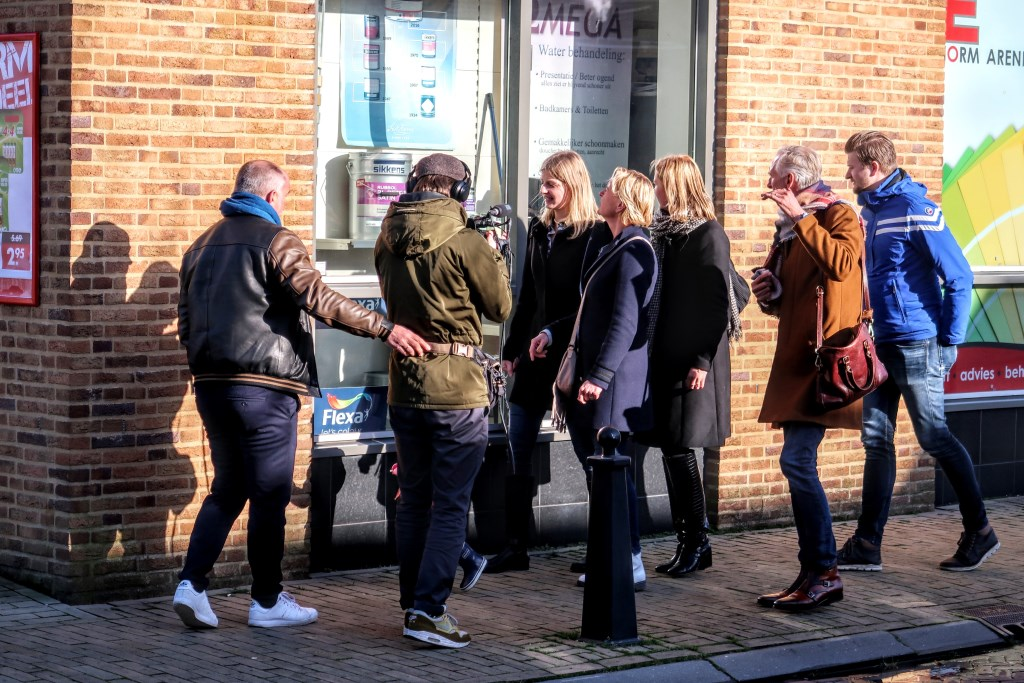 De familie Meiland wandelde dinsdagmiddag een ronde door het dorpscentrum van Hengelo, op de voet gevolgd door de cameraploeg van hun eigen televisieserie. Foto: Luuk Stam    © Achterhoek Nieuws b.v.