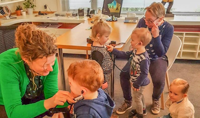 De dokter luistert met de stethoscoop naar peuterhartjes. Foto: PR