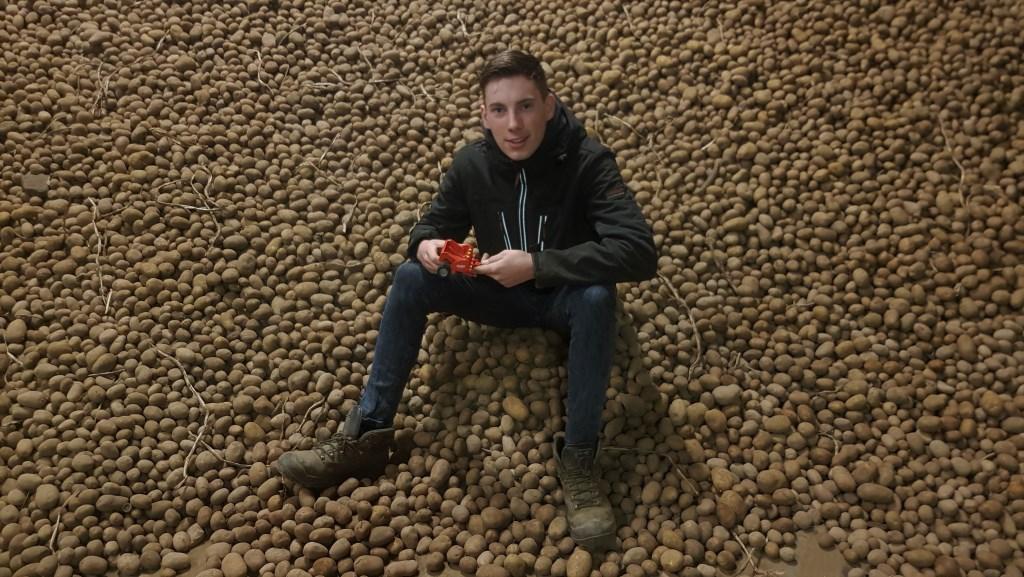 Bas Beuwer bouwde een aardappelpoter in het computerspel Farming Simulator. Als kind speelde hij met een schaalmodel. Foto: Alice Rouwhorst  © Achterhoek Nieuws b.v.