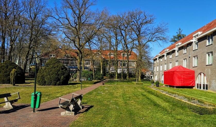 Het gebouw Berkelstede (rechts) is ingericht voor de opvang van coronapatiënten. Op de achtergrond het centrale gebouw van Hotel Landgoed Ehzerwold. Foto: Henri Bruntink