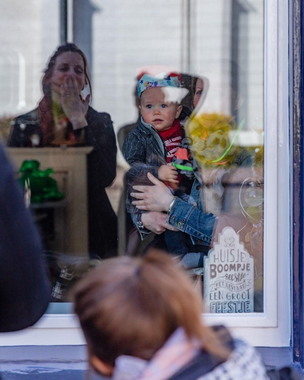 Als we niet naar binnen kunnen, dan maar voor het raam Lang zal hij leven zingen. Foto: Anja Onstenk © Achterhoek Nieuws b.v.