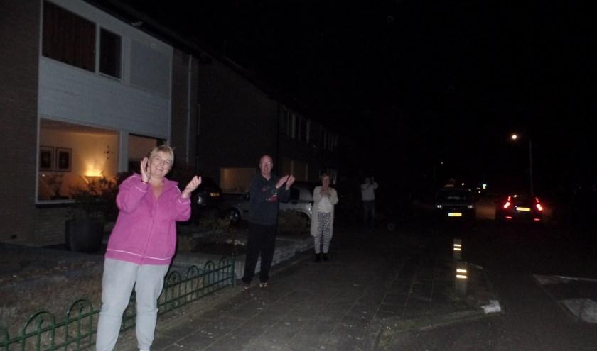 Door een aantal bewoners van de Garvelinkkampweg werd er enkele minuten spontaan geapplaudisseerd voor de zorgmedewerkers. Foto: Jan Hendriksen.