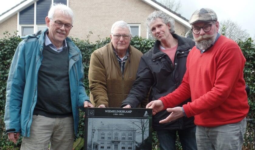 Harry Jansen (r.) toont trots de eerste tegel in het bijzijn van (v.l.n.r.) Bertus Rietberg, Fred Wolsink en Harold Pelgrom van de Foto-tegelwandelroute die in Vorden wordt gelegd. Foto: Jan Hendriksen.