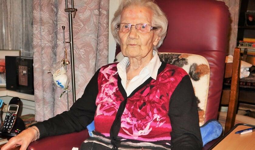 De 100-jarige Anna Bouwmeester in haar kamer in woonzorgcentrum De Molenberg in Groenlo. Foto: Theo Huijskes