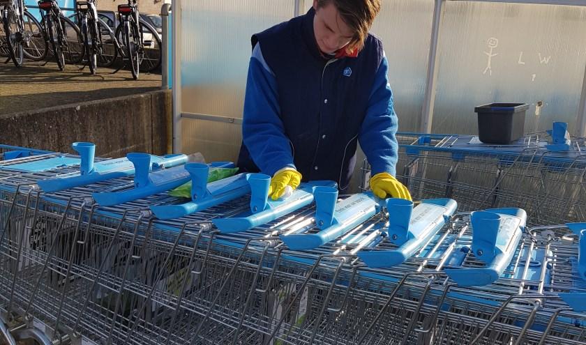 De AH-winkelwagentjes worden gedesinfecteerd. Foto: PR