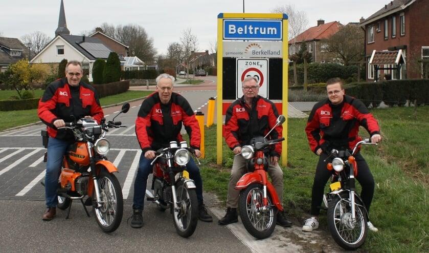 Enkele leden van Bromfietsclub Beltrum. Foto: Henri Walterbos