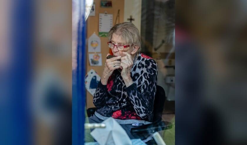 Mevrouw Busch-Waser speelt graag een deuntje voor de verzorging of haar bezoek.