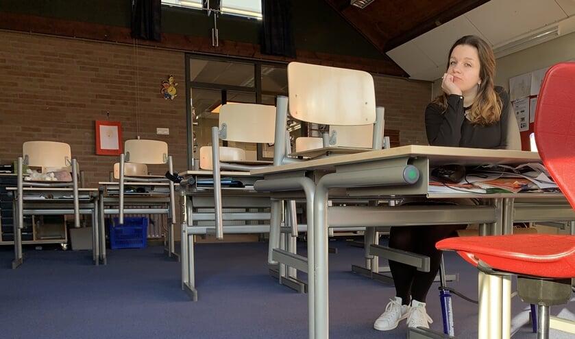 Eline Beeftink in een lege klas. Eigen foto
