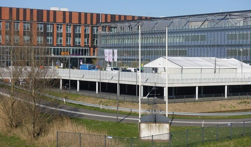 Afgelopen zaterdag is op het parkeerdek van het Gelre Ziekenhuis in Zutphen een triage-tent geplaatst. Triage is het Franse woord voor sorteren. Dergelijke tenten worden vooral ingezet bij grote rampen om op basis van de ernst van de verwondingen of het ziektebeeld te bepalen. De triage-tenten die nu bij ziekenhuizen in heel Nederland worden geplaatst, zijn bedoeld om coronapatiënten te scheiden van van de niet-coronapatiënten. Foto: GinoPre