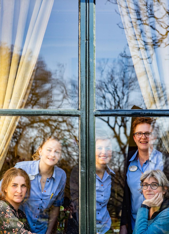 Veilig achter glas. Van ouderen en hun verzorgers tot kleinkind en maaltijdbereider. Foto's: Petra van Vliet  © Achterhoek Nieuws b.v.