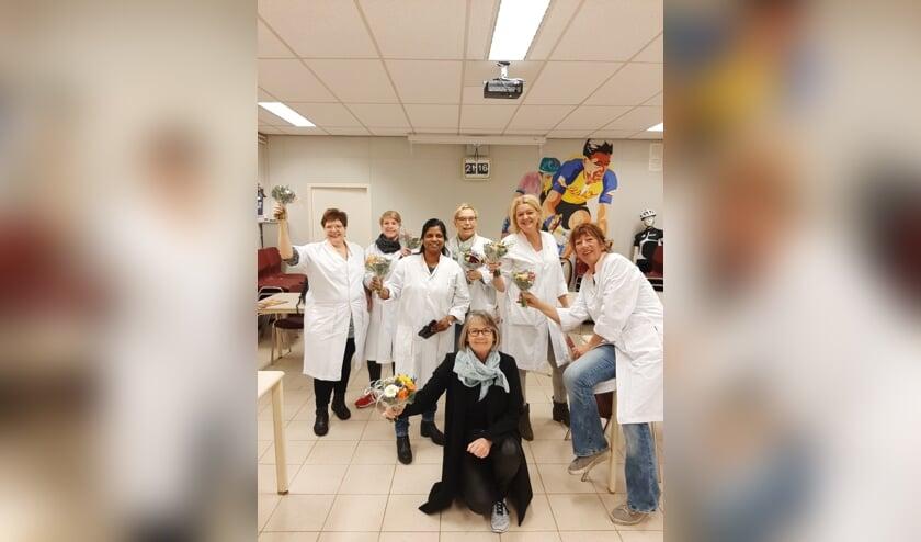 De medewerkers van Sanquin met het gekregen bloemetje. Foto: PR