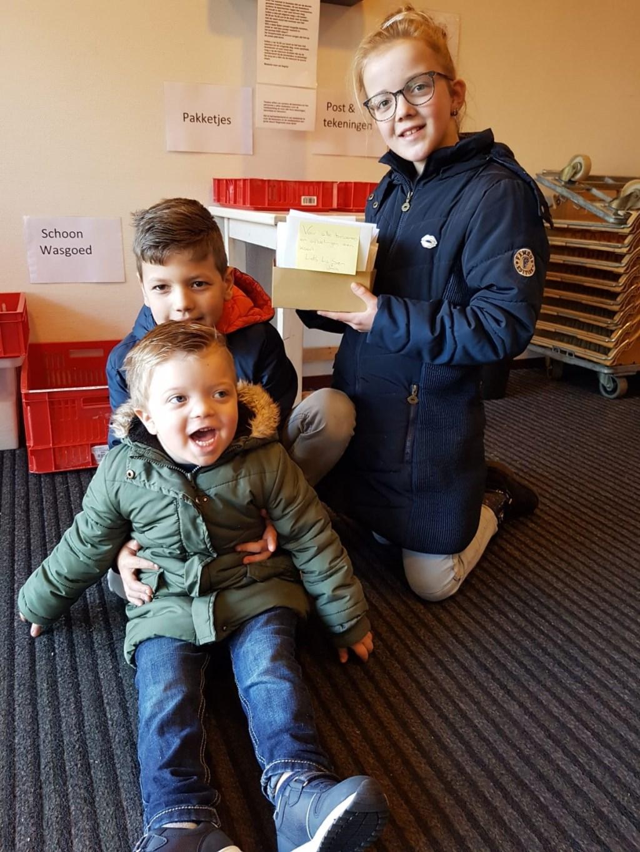 Samen brachten ze alle kaarten naar de Antoniushove. Foto: eigen foto © Achterhoek Nieuws b.v.