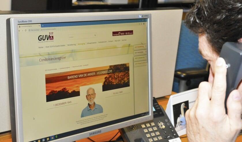 Henk-Jan Harbers van GUV, die instructie krijgt voor het maken van een online condoleanceregister. Foto: PR