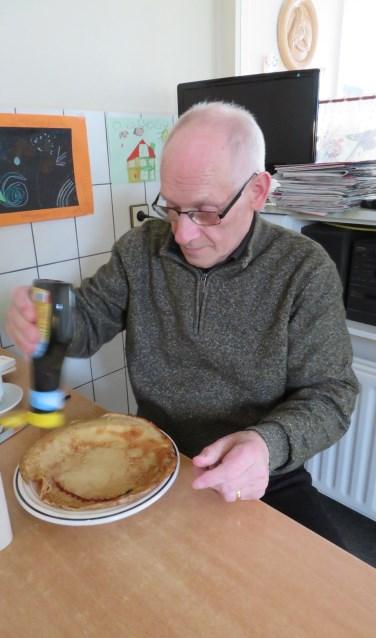 Jan Ballast aan de pannenkoeken. Foto: eigen foto