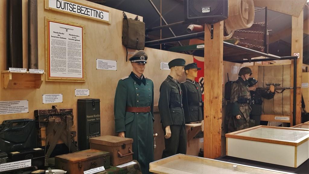 Vele uniformen en andere materialen die met de bezetting te maken hebben zijn te zien tijdens de expositie '75 jaar bevrijding' in Zelhem. Foto: Alice Rouwhorst  © Achterhoek Nieuws b.v.