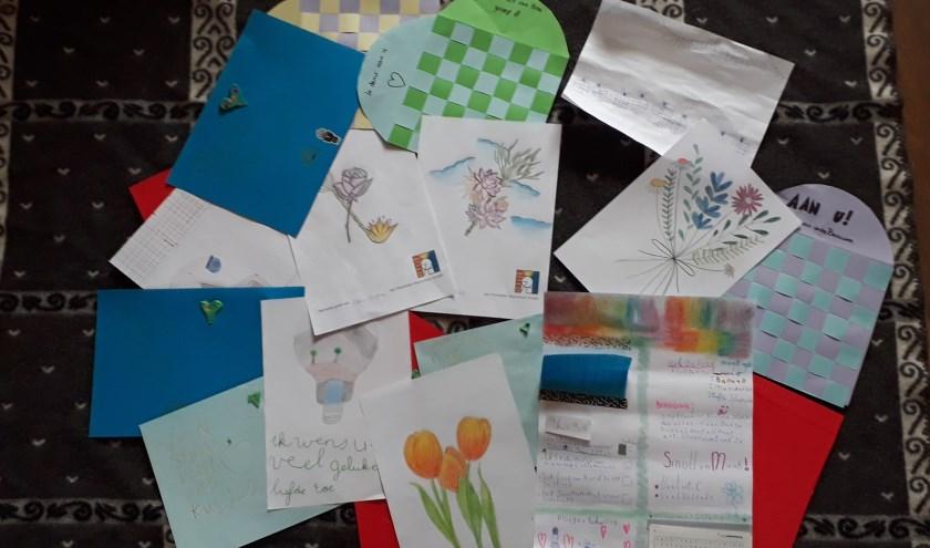 Tekeningen, brieven en knutselwerkjes van kinderen voor ouderen in zorgcentrum. Foto: PR