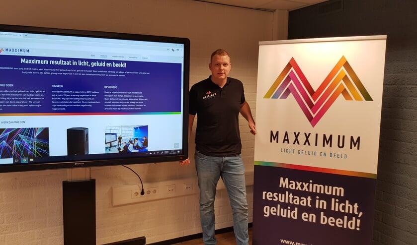 Max Waaijman tussen de CTOUCH Digitale Touchscreen en de banner van Maxximum