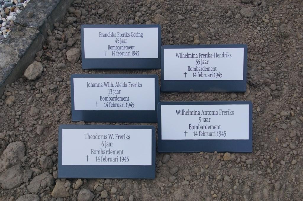 Franciska Freriks-Göring, 45, bombardement; Johanna W.A. Freriks, 13, bombardement; Wilhelmina A. Freriks, 9, bombardement; Theodorus W. Freriks, 6, bombardement; Wilhelmina Freriks-Hendriks, 55, bombardement  © Achterhoek Nieuws b.v.