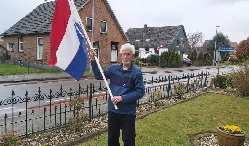 """Waltraud Wensink schrijft: """"Pa was een jaar of  5 toen Dinxperlo werd bevrijd.En nu moet ie noodgedwongen een stukje vrijheid inleveren door corona.Het kostte hem eerst moeite maar nu ziet hij de noodzaak er van in ! Trots en dankbaar dat hij de 75-jarige bevrijding mag meemaken."""" Foto: Waltraud Wen"""