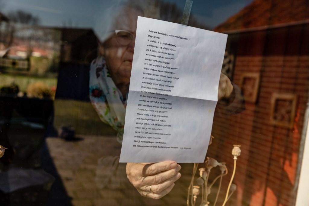 Fiene Kolkman - Hulshof laat ons graag even zien wat voor een prachtig gedicht ze heeft ontvangen van haar vriendin. Foto: Anja Onstenk © Achterhoek Nieuws b.v.