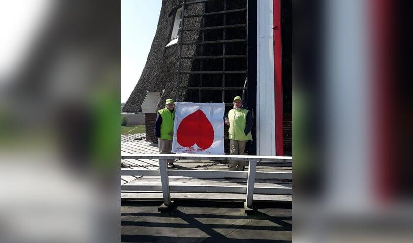 De vrijwillige molenaars Natasja Klein Nulent en Wilma Dondergoor die met hun actie een ieder een hart onder de riem wilden steken. Foto: PR