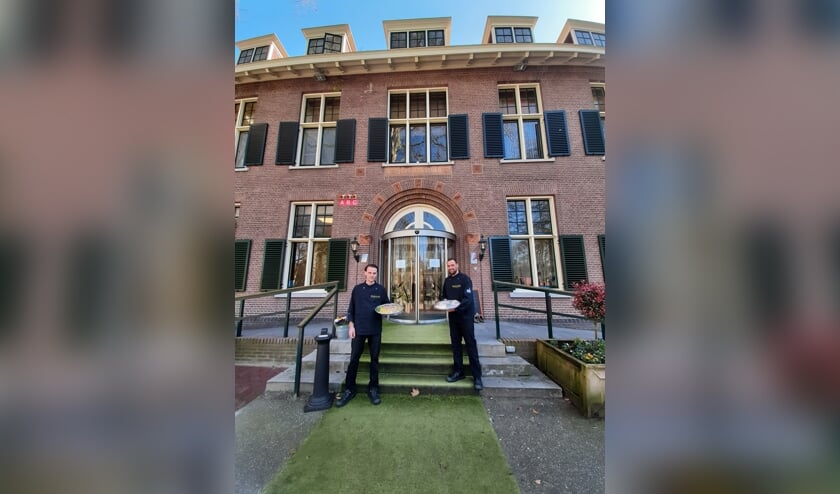 Guido Schurink (l) en Bram Holland namen het initiatief om het Leger des Heils te verwennen met een lunch. Foto: Meike Wesselink