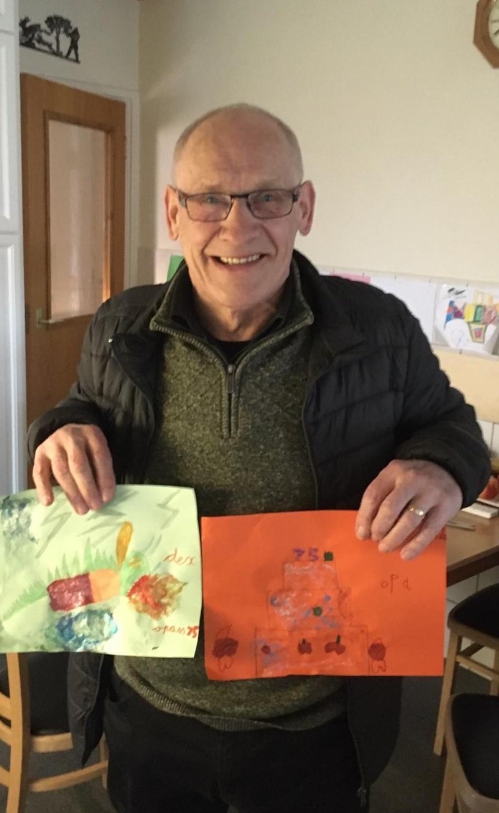 Jan Ballast met tekeningen van zijn kleinkinderen. Foto: eigen foto  © Achterhoek Nieuws b.v.