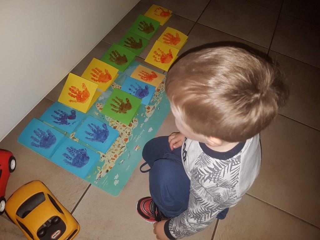 Neefje Jack zette met vingerverf zijn handafdruk op de kaarten. Foto: eigen foto © Achterhoek Nieuws b.v.